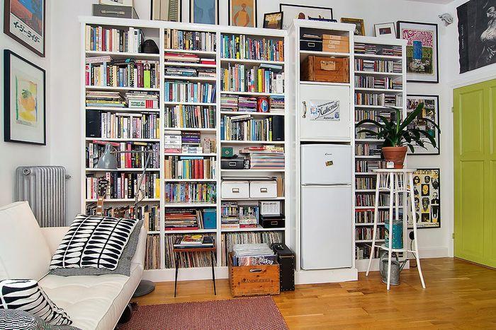 Книжный стеллаж на всю стену