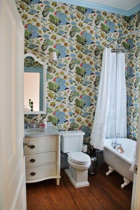 Обои с весенним мотивом в ванной комнате