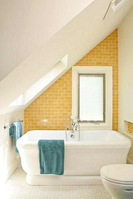 Солнечный интерьер небольшой ванной