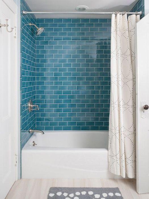 Акцентная стена из голубой плитки