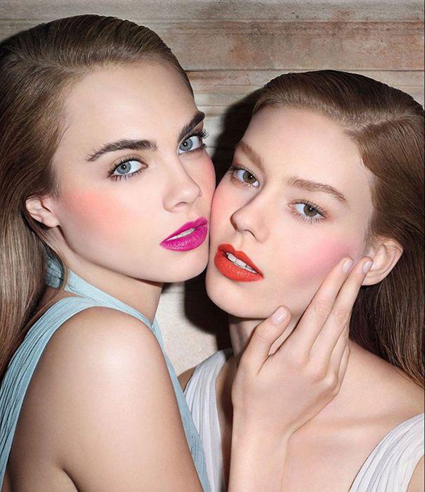 Для дневного макияжа следует выбирать матовые или сатиновые румяна, а для вечернего выхода - с мерцающим эффектом