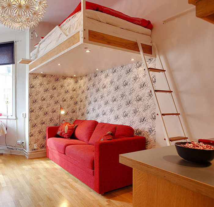 Спальное место расположили под потолком