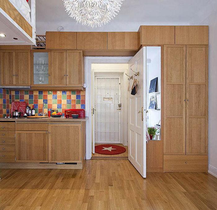 Шкаф и кухня расположились вдоль одной стены