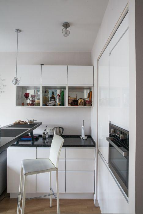 Гланцевые фасады кухонной мебели играют на визуальное расширение пространства
