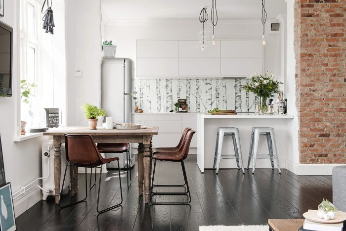 Кухню соединили с гостиной, дабы впустить в интерьер больше света