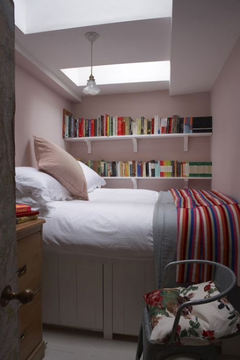 Нежно-розовая гамма в интерьере спальни смотрится очень свежо
