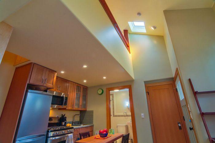 В зоне кухни задействовали место под потолком