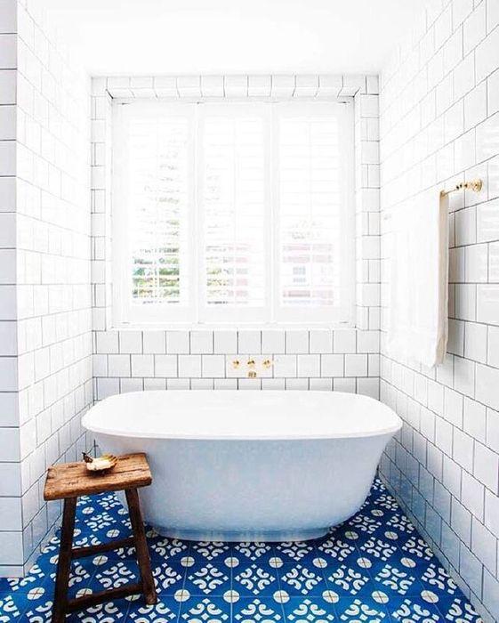 6. Яркий пол в небольшой ванной