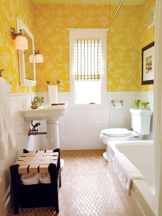 Жёлтые обои в ванной