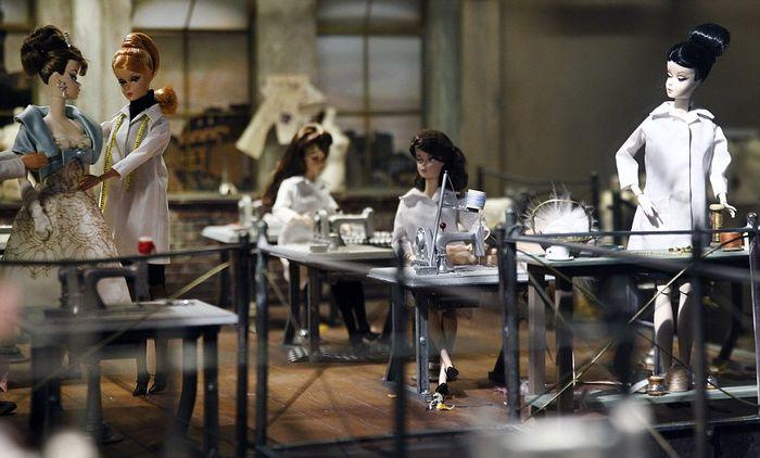 Миниатюрная швейная мастерская Barbie