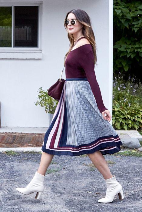 Свитер с вырезом + юбка миди + кожаные полусапожки