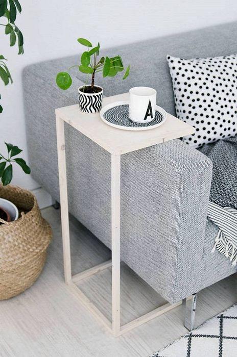 Приставной столик в гостиной