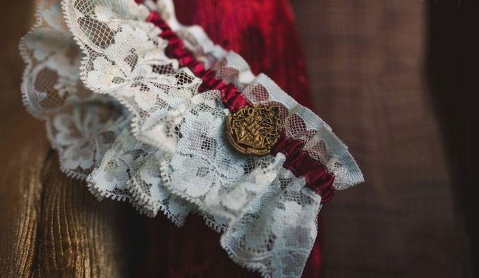 Знаменитая эмблема на подвязке невесты