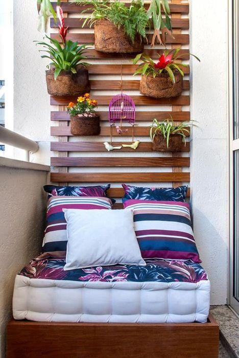 Уютная зона отдыха на маленьком балконе