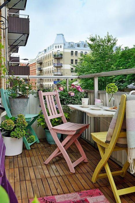 Деревянная мебель в интерьере балкона