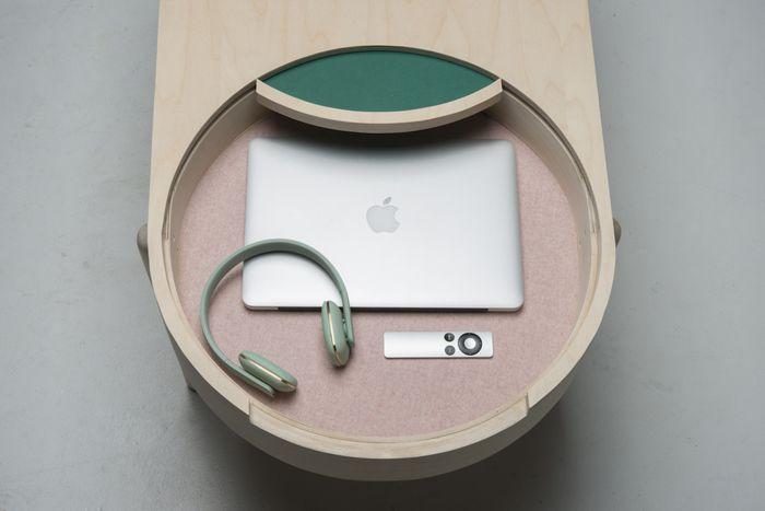 Стильный журнальный столик для маленького пространства