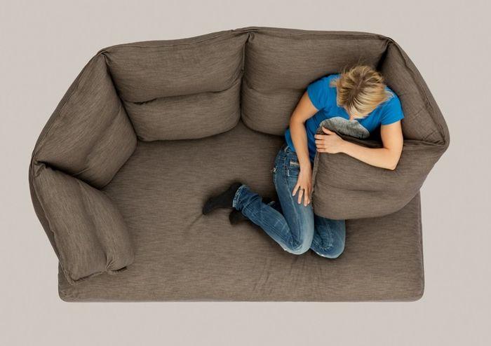 В объятиях дивана