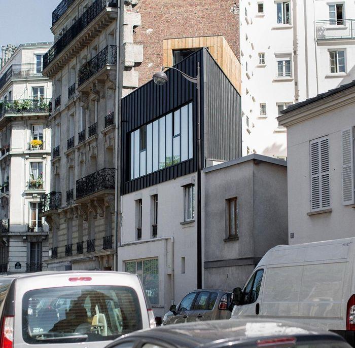 Дом расположен на куске земли, площадью 26 квадратных метров