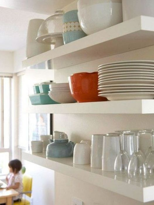 Компактные полки на кухне