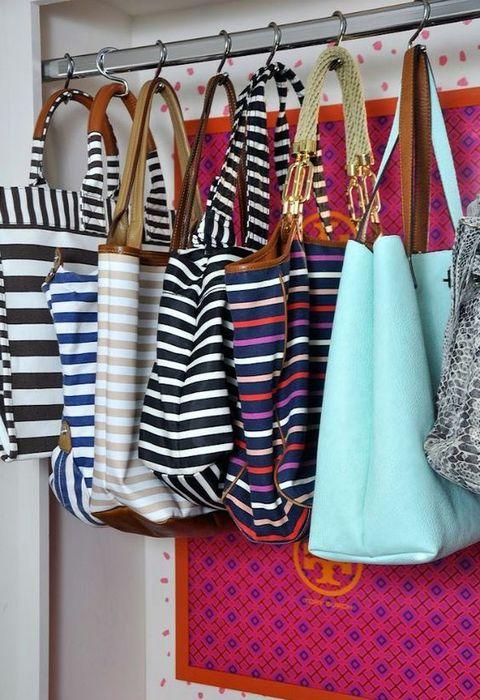 Хранение сумок на крючках