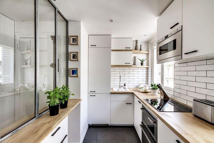 Стеклянная перегородка отделяет зону кухни от прихожей