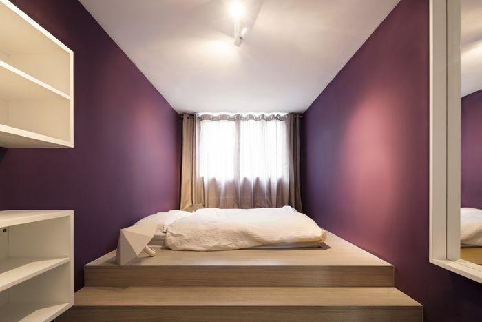 Пурпурные стены в спальне