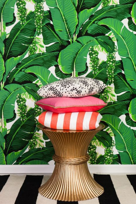 8. Сочные зелёные обои и яркие декоративные подушки