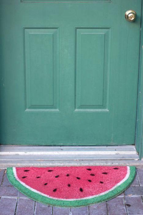 3. Альтернатива традиционному серому коврику у двери