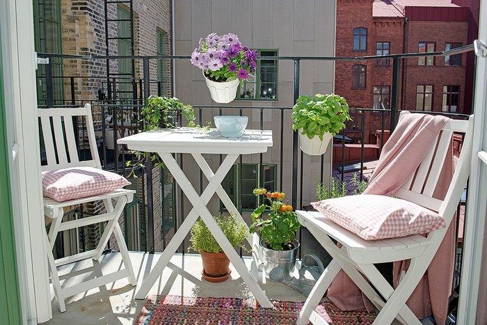 Цветы делают балкон уютным