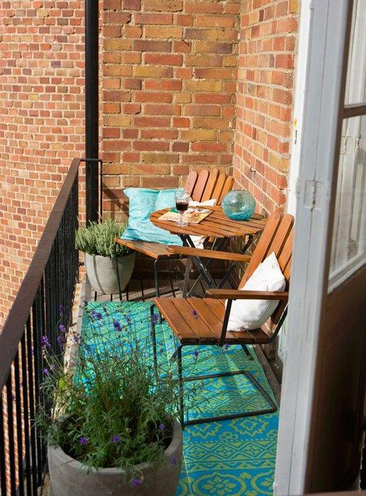 Даже несколько горшков с цветами способны создать особую атмосферу на балконе