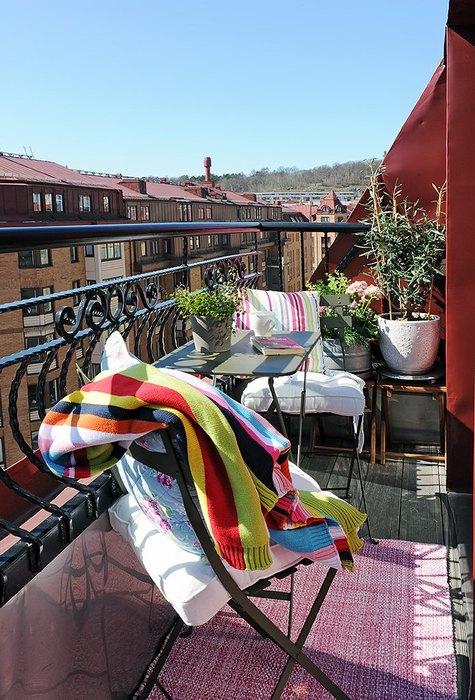 Коврик делает балкон уютным