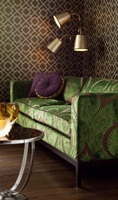 Зелёный бархат хорошо сочетается с коричневым цветом стен