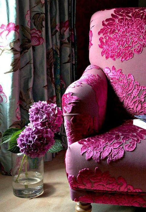 Роскошное кресло с бархатной обивкой