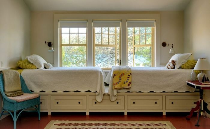 Двойная кровать на подиуме