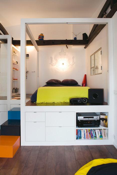 Кровать на подиуме в однушке
