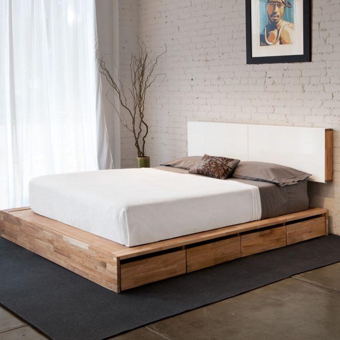 Кровать на небольшом функциональном подиуме