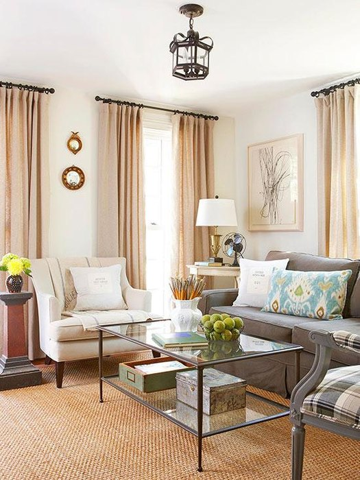 Разбавить бежевый интерьер можно декоративными подушками бирюзового оттенка
