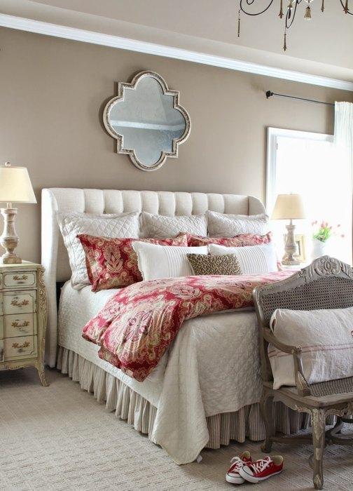 Чтобы оживить спальню, достаточно выбрать постельное красивого оттенка
