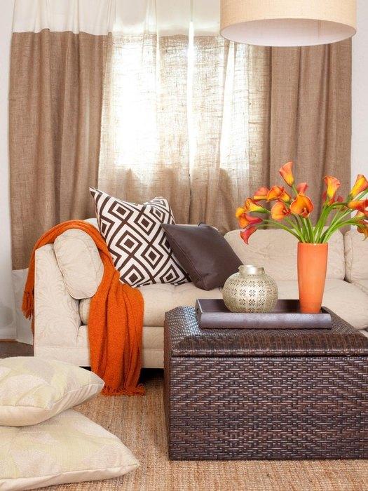 Сочный оранжевый цвет в бежевом интерьере