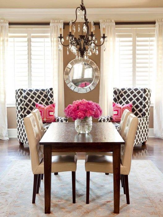 Динамику этого интерьера задают ромбы в обивке кресел и элементы ярко-розового цвета