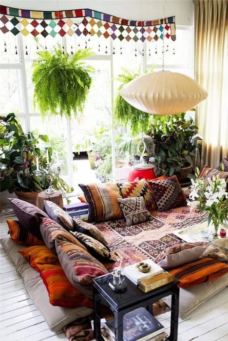 Причина №5: с ролью дивана отлично справятся напольные подушки