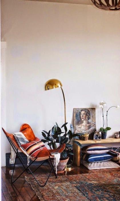 Кресло и напольные подушки экономят пространство в маленькой гостиной