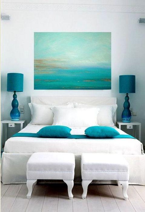 Акцентное использование бирюзового оттенка в спальне