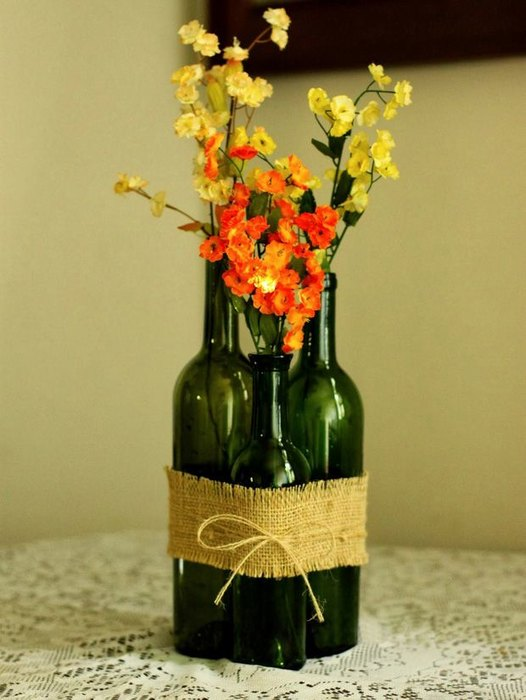 Идея №6: композиция из бутылок, дополненная цветами