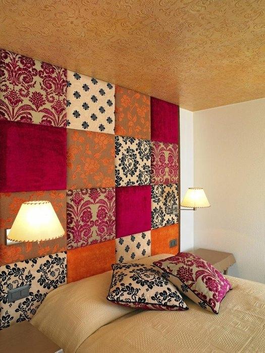 Идея №13: модный декор стены в спальне из кусочков ткани