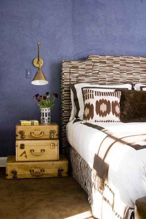 Чемоданы в интерьере спальни
