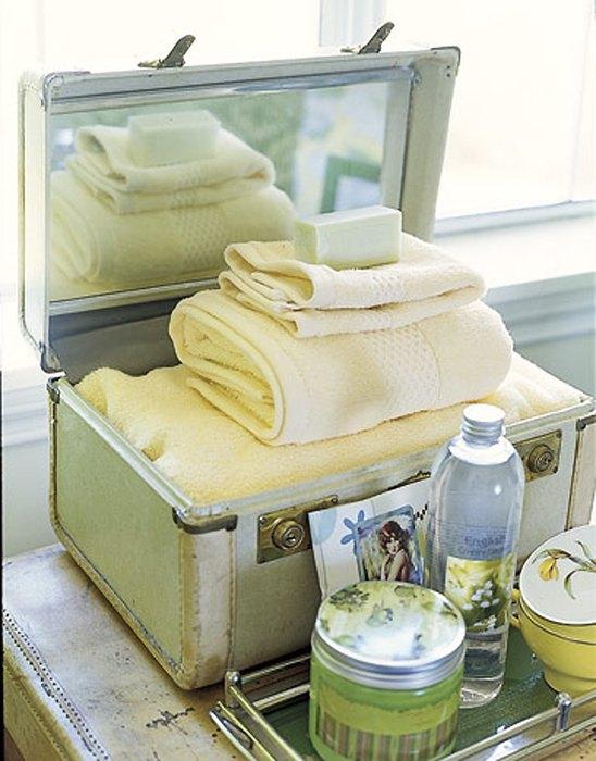Чемодан в интерьере ванной комнаты