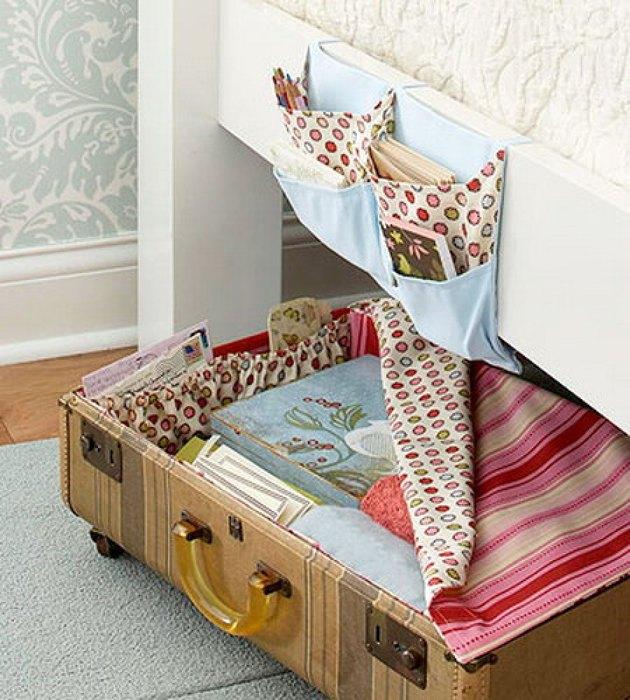 Если приделать к чемодану колёсики, его будет удобно выкатывать из-под кровати