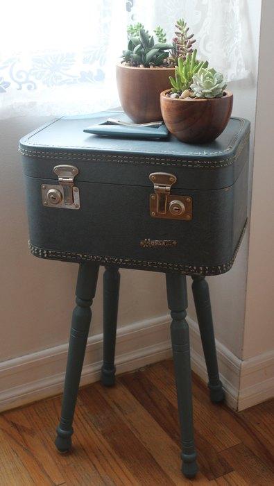 Небольшой чемодан на ножках