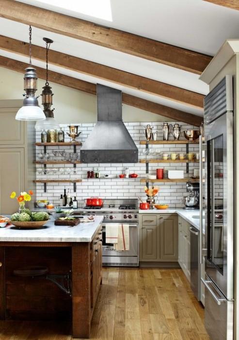 Древесные балки - обычный элемент кухни в деревенском стиле